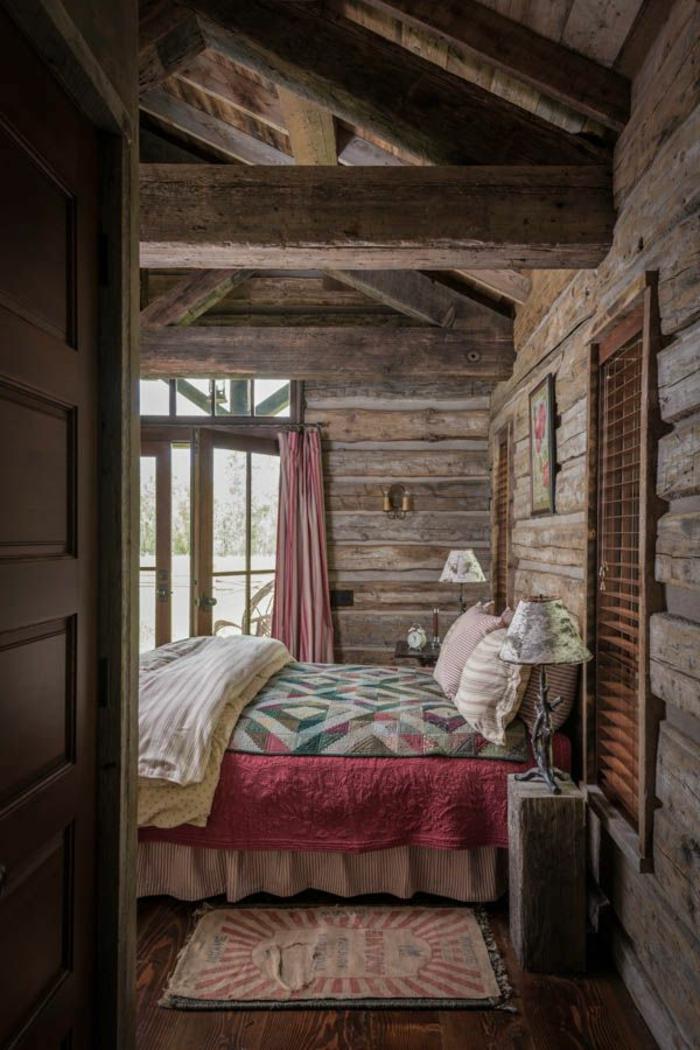 cabañas rurales, dormitorio encantador hecho de madera, cama doble, techo con grande vigas de madera