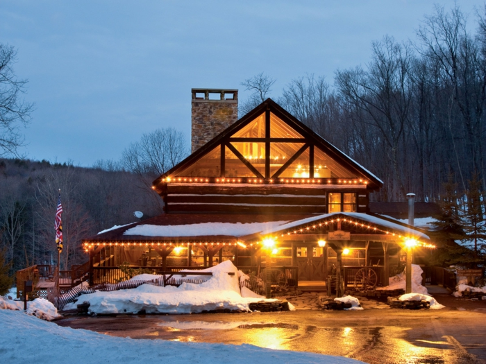 cabañas rurales, bonita cabaña de madera en los Estados Unidos, casa de campo de dos plantas colocada en el bosque