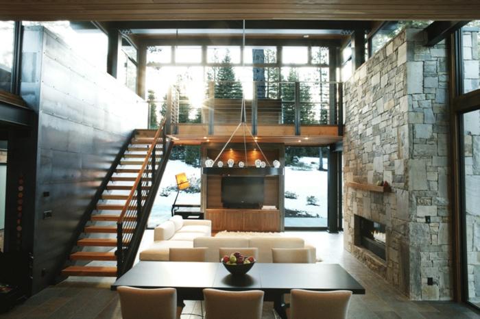 casitas de madera, interior en estilo moderno de dos plantas, lámpara de araña original, paredes de piedra y de madera