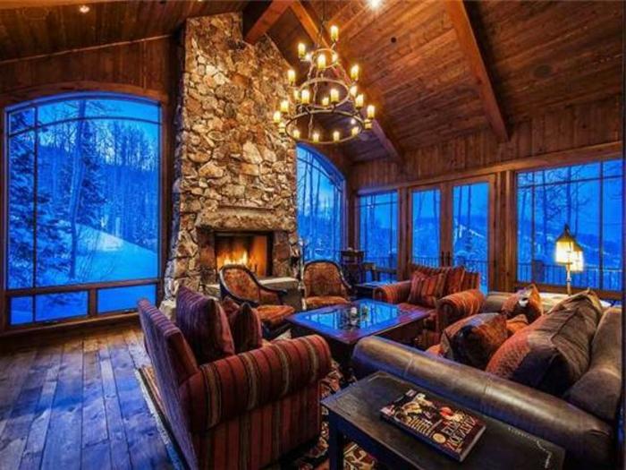 casitas de madera, grande salón en estilo rústico con muebles vintage y grandes ventanales con vista invernal