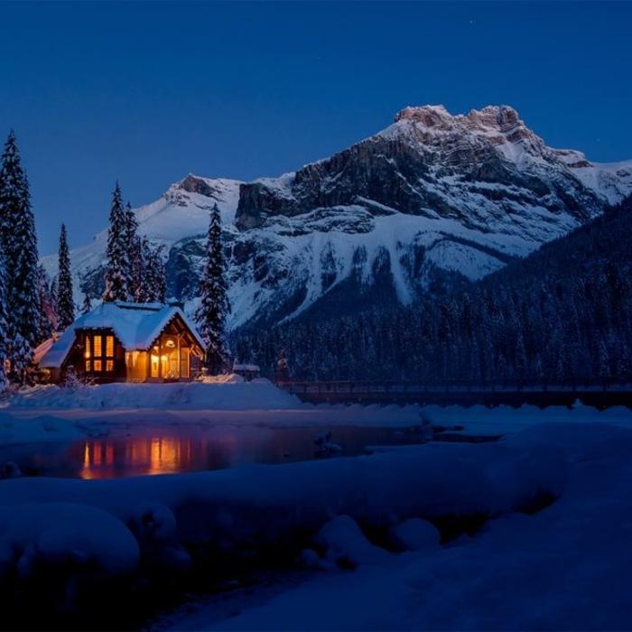 casitas de madera, pequeña choza de madera colocada en la montaña, pinos altos y lago, paisaje invernal de encanto