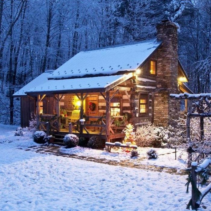 casitas de madera, grande casa de madera con chimenea de piedra, cabaña en el bosque con jardín y pequeños pinos