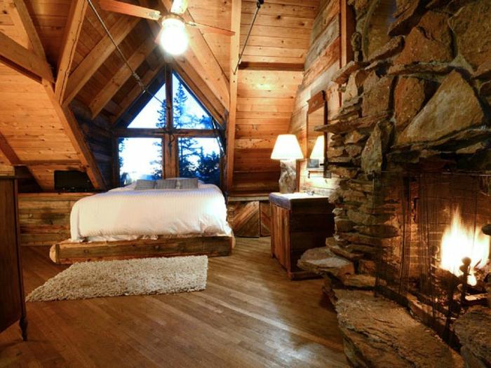 casitas de madera, interior en estilo rústico con paredes de madera y de piedra, chimenea de leña acogedora, suelo con parquet