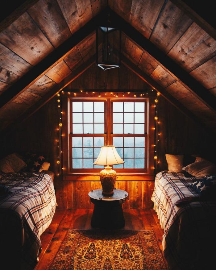 casitas de madera, dormitorio con dos camas en la buhardilla de una cabaña hecha de madera, lámparas decorativas