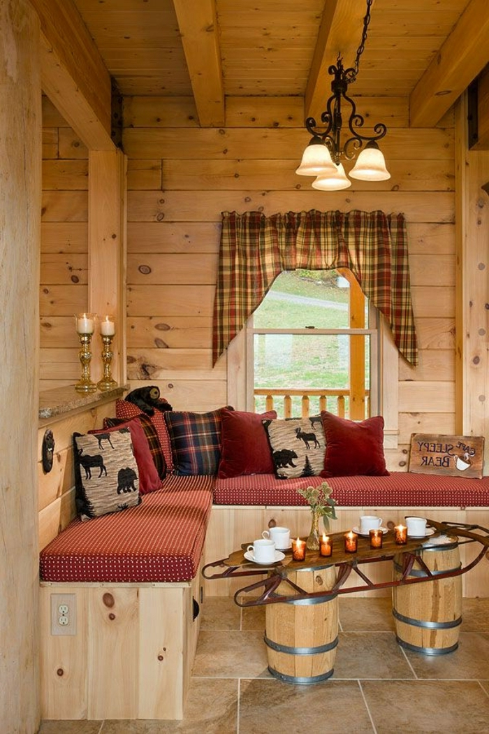 cabaña de madera, salón de madera, paredes con vigas de madera y mesa de diseño interesante, suelo con baldosas