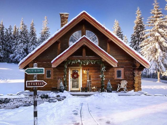 cabañas con encanto, idea original de una casa de campo hecha de madera con decoración navideña en la veranda