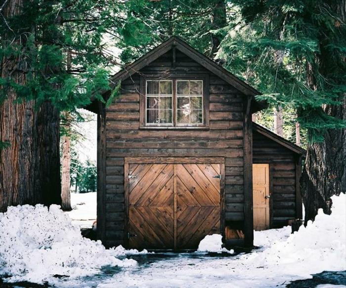 cabaña de madera, pequeña choza de madera con buhardilla, casa de campo hecha de madera colocada en el bosque