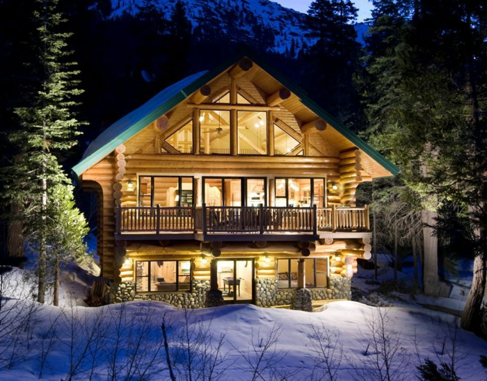 cabaña de madera, preciosa cabaña hecha de madera en estilo contemporáneo, casa de dos plantas con buhardilla