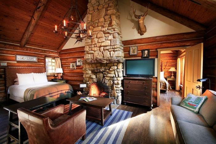 casa de madera, pequeños salón acogedor decorado en estilo rústico, muebles vintage, sillón tapizado de piel, candelabro vintage