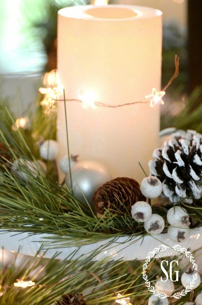 centros navideños, ideas fáciles navidad, vela decorada de estrellas con bombillas, piñas con efecto de nevado