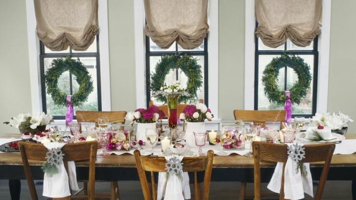 centro de mesa, ideas fáciles navidad, jarrón con flores, coronas de navidad en las ventanas, cortinas modernas en beige