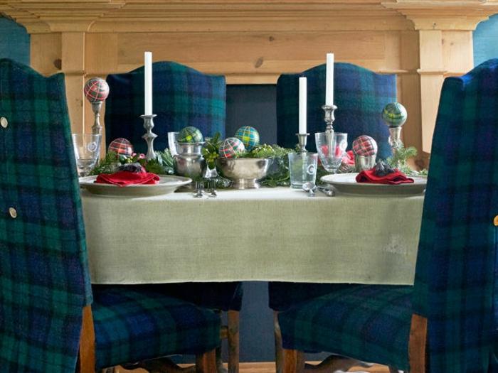 centro de mesa, comedor en azul y verde, centro de mesa con bolas coloridas, ramas de pino y velas blancas