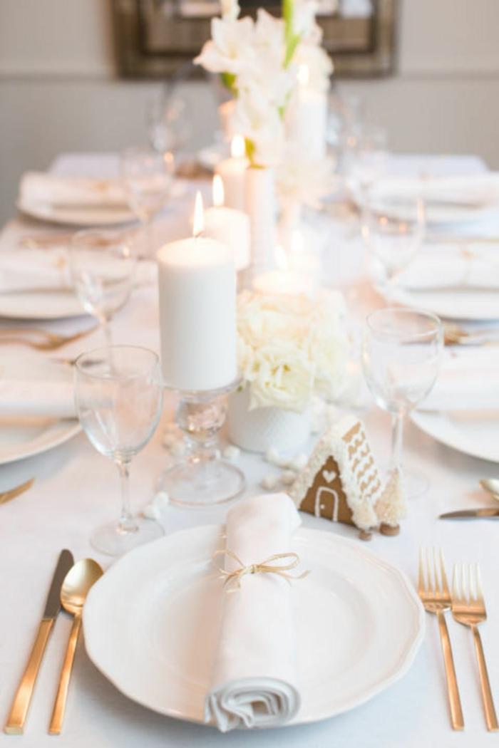 centro de mesa, decoracion de mesa en blanco, velas grandes y flores en blanco, galletas de navidad, entorno en blanco