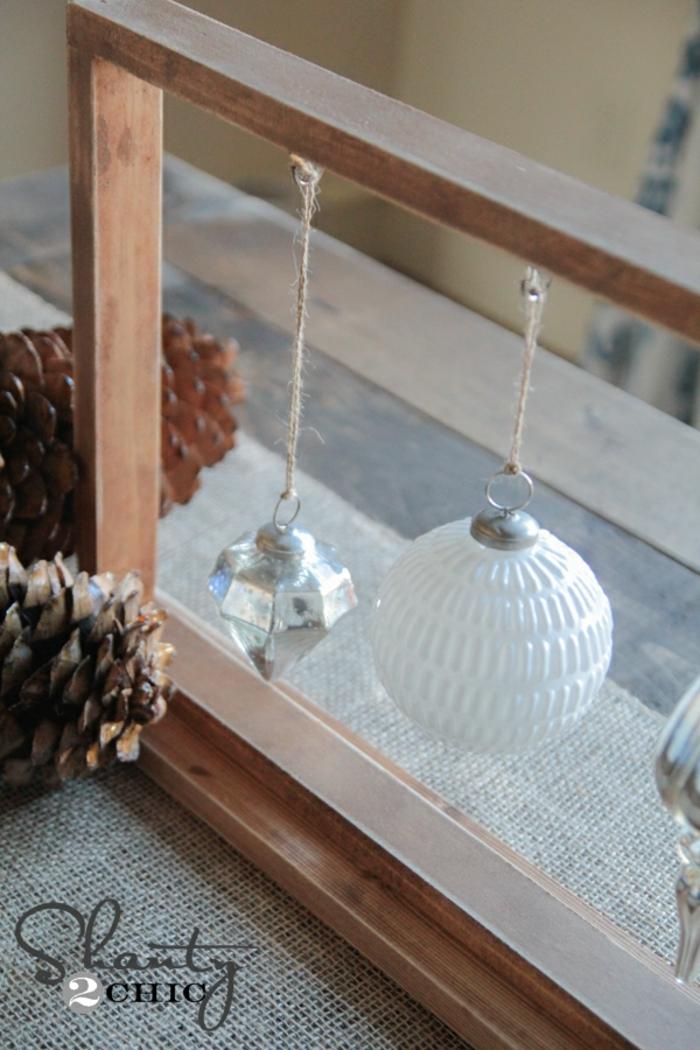 decoracion mesa navidad, decoración DIY, marco de madera masiva con adornos de navidad colgantes hechos de cristal