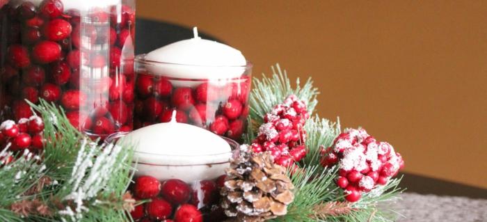 decoracion mesa navidad, propuesta con acebo, centro de mesa de jarrones llenos de acebo, piñas con efecto nevado