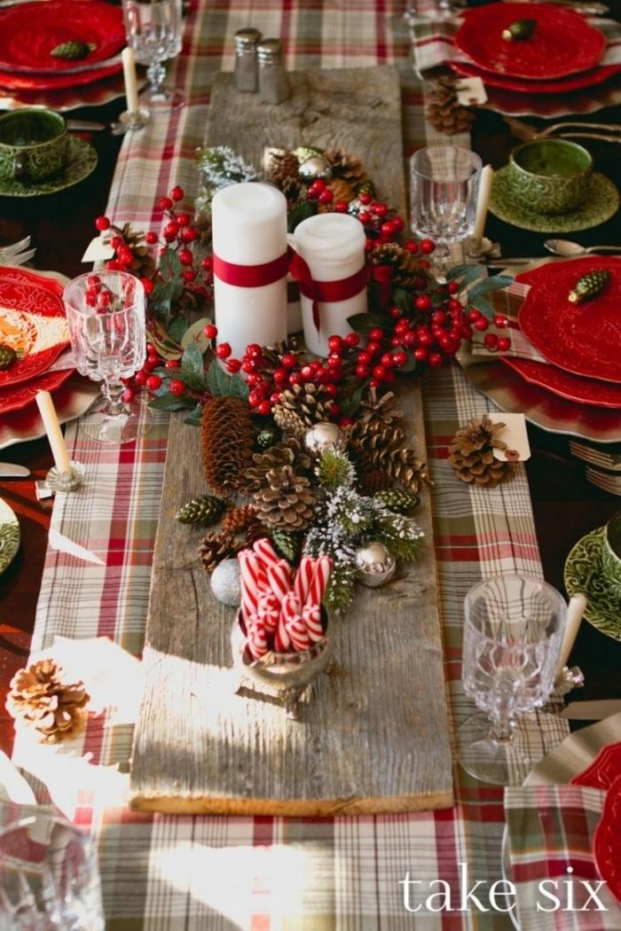 centro de mesa navideño, decoración tradicional para la mesa de navidad con elementos naturales, velas blancas con cintas rojas