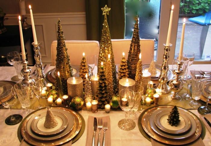 decoracion mesa navidad, centro de meso de muchos elementos decorativos en dorados, pequeñas velas, pinos artificiales con purpurina