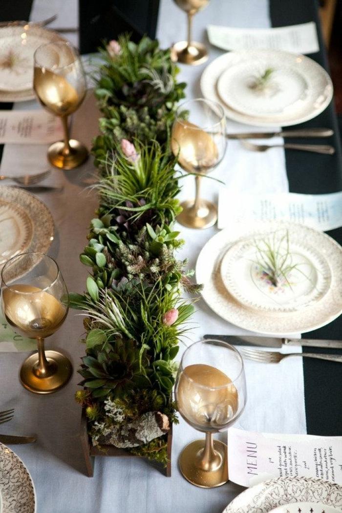 decoracion mesa navidad, centro de mesa de plantas bajas, platos y vasos con detalles en dorado