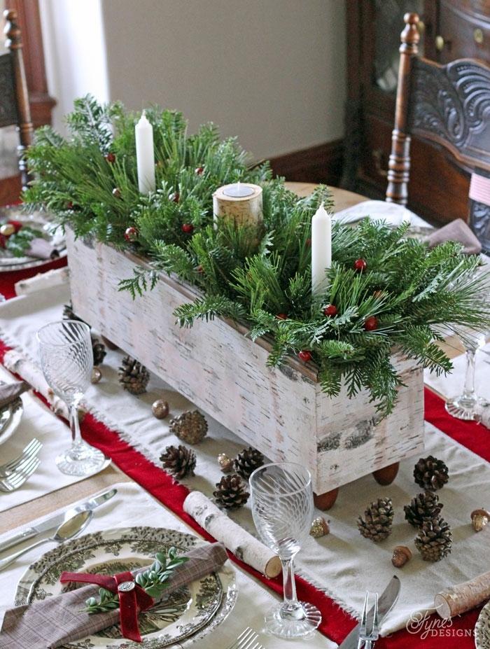 centro de mesa navideño, macetero DIY de madera, pintado en blanca con ruedas, ramas de pino con velas blancas y acebo