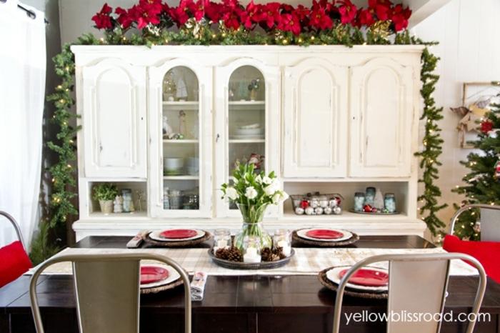 centro de mesa navideño, decoración con flores blancas, platos en rojo y estrellas de navidad, ideas para comedor en blanco