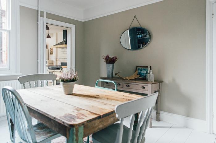 cocinas vintage, cocina con efecto envejecido, muebles de madera, paredes en color ocre, sillas pintadas en azul