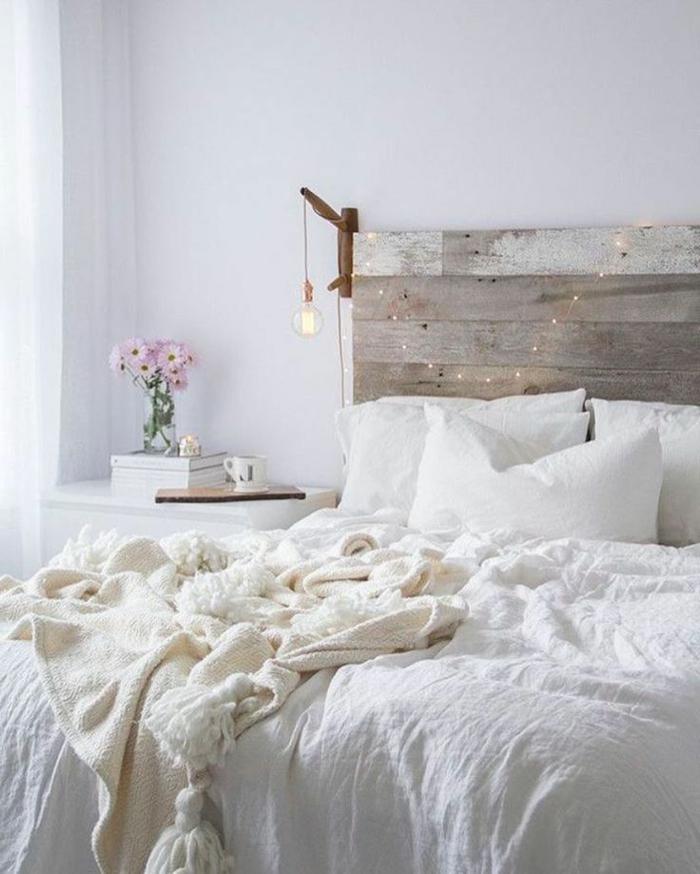 ideas para decorar una habitacion, dormitorio en blanco con cabecero original de vigas de madera y cortinas de visillo