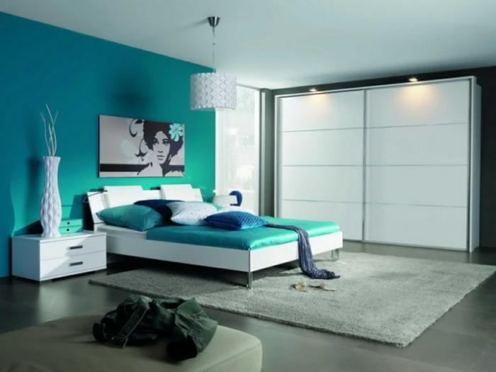 dormitorio matrimonio, grande habitación decorada en color turquesa, punto focal en la pared, suelo en gris y alfombra en beige