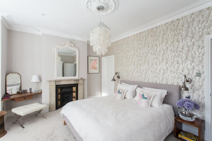 habitaciones de matrimonio, ambiente ebn blanco con papel pintado sofisticado en las paredes, cama en color lila suave, espejos vintage