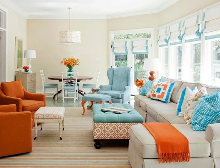 salones modernos, grande salón en blanco, anaranjado y azul, sillones tapizados en terciopelo en azul celeste, grandes ventanales