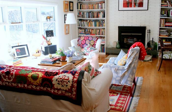 muebles salon, salon acogedor y luminoso, estantes con libros, decoración boho chic, suelo de madera