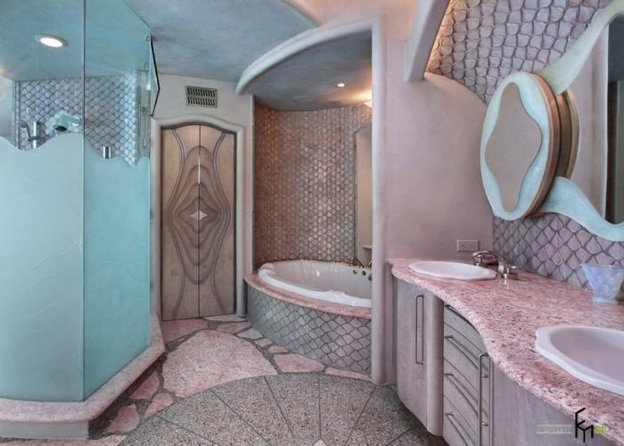 baños modernos, baño en estilo ecléctico en el gama del rosado, encimera de mármol, espejo de diseño original