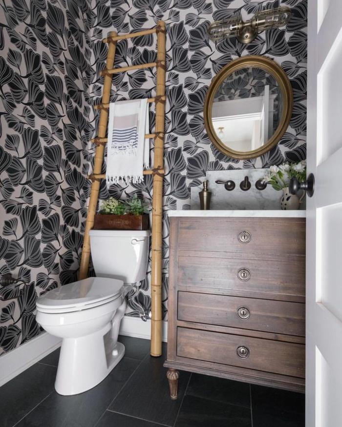 baños modernos, baño ecléctico, papel pintado en blanco y negro, detalles de madera, espejo vintage