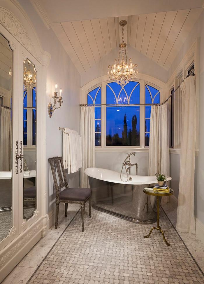 baños modernos, grande baño decorado en blanco con lámpara de araña vintage y bañera moderna con revestimiento de metal
