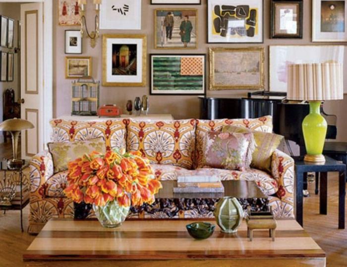 colores para salones, comedor en boho chic decorado en colores cálidos, muchas pinturas en las paredes