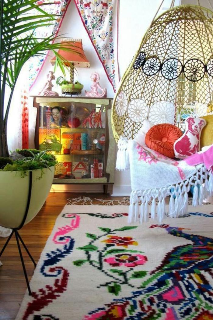 decoracion de salones pequeños, tendencias en el estilo bohemio, grande macetero con plantas, decoración colorida