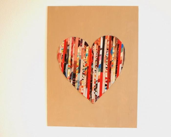 manualidades con papel, decoración de pared hecha a mano, corazón con tiras de revista en tablón