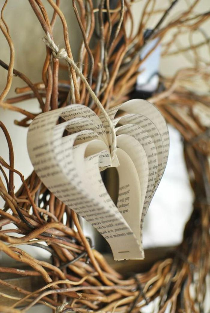 manualidades con papel, decoración san valentín colgante, corazón de hojas de libro con varias capas