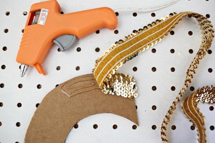 manualidades con papel, tutorial para hacer guirnalda decorativa de cartón y cintas con lentejuelas doradas pegadas