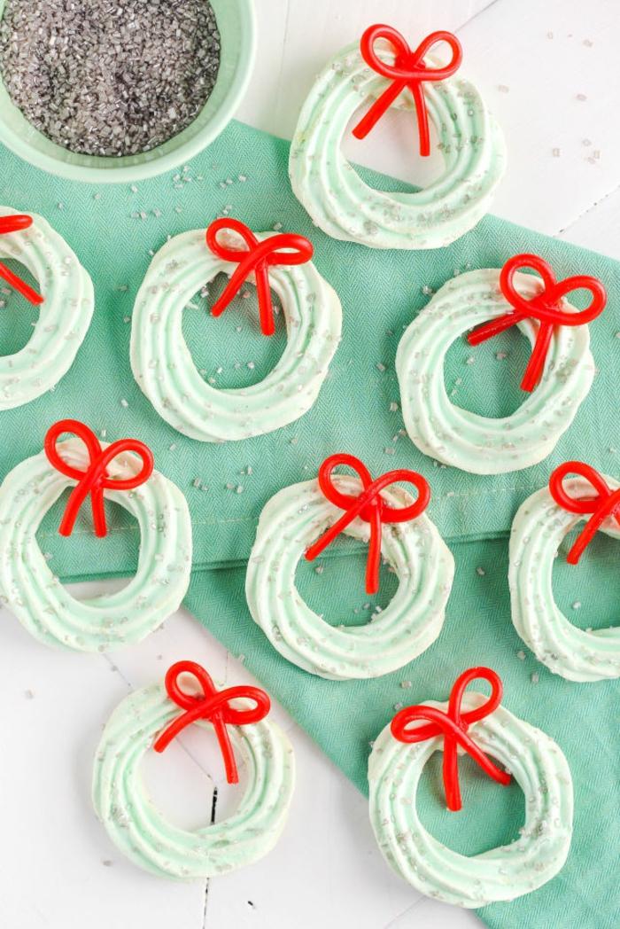 receta galletas mantequilla, galletas decoradas en azul y rojo en forma de coronas de navidad