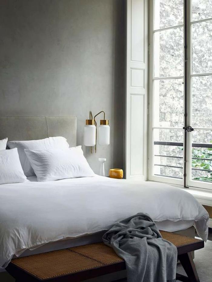 habitaciones de matrimonio, dormitorio pequeño con cama doble tapizada en terciopelo, pie de cama de mimbre y madera