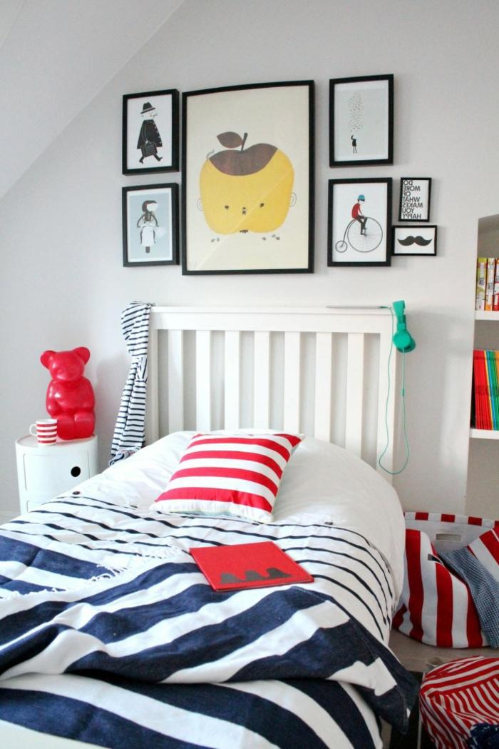 habitaciones de matrimonio, dormitorio infantil decorado con muchos cuadros con dibujos infantiles, cobijas en azul y blanco