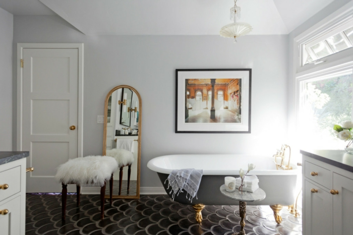 baños modernos, baño grande con mucha luz natural, bañera con piernas doradas, taburete de peluche, espejo alto apoyado en el suelo, cuadro grande, foto casa antigua