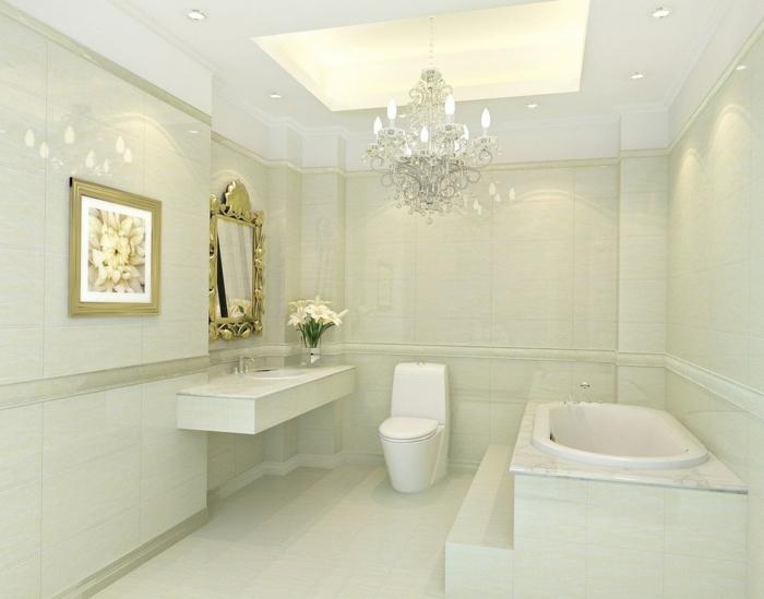 baños modernos, baño lujoso grande en beige, espejo con marco dorado, foto grande de flores color crema, lámpara de araña