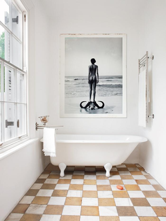 baños modernos, baño en estilo bohemio con ventana y bañera con patas garra, decoración con foto en blanco y negro, mujer desduda de espaldas