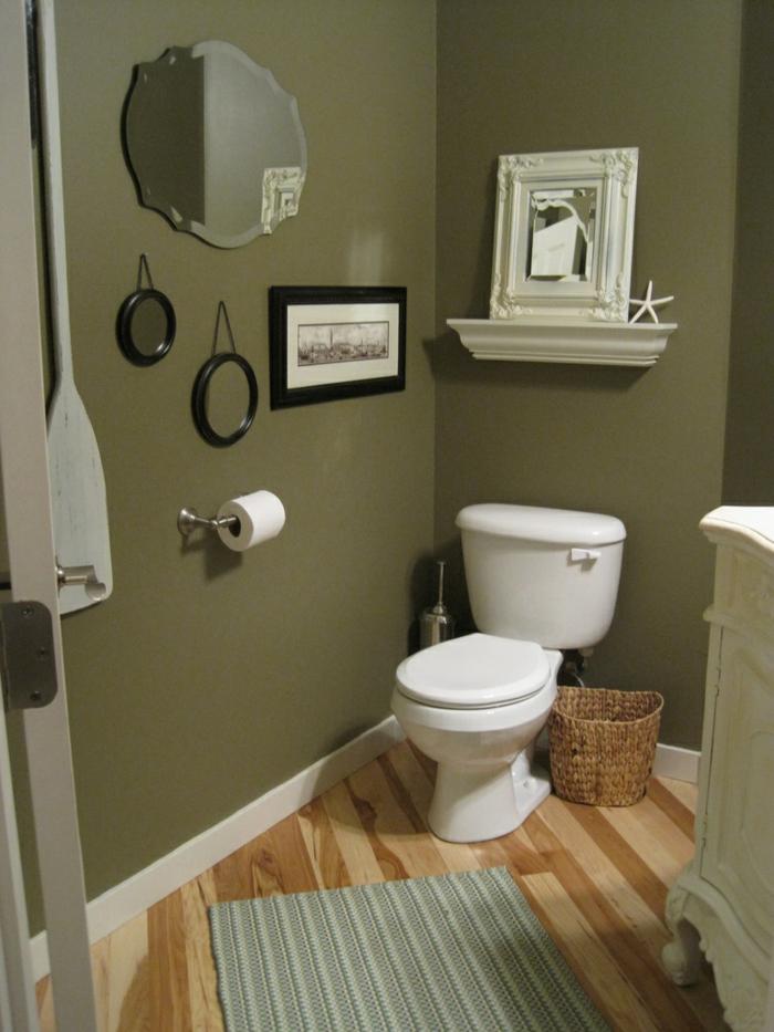 baños modernos, baño pequeño, decoración de pared con espejos y foto de ciudad, suelo de tarima, tapete pequeño