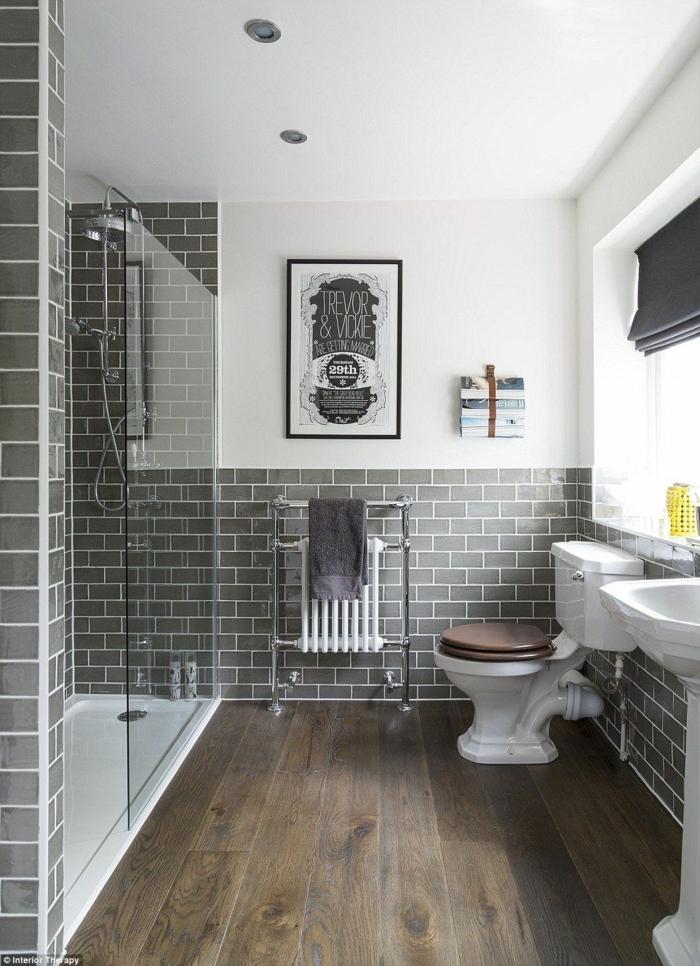 laminas vintage, baño grande, ducha de obra, ladrillo visto esmaltado, marron y blanco, poster antiguo en blanco y negro