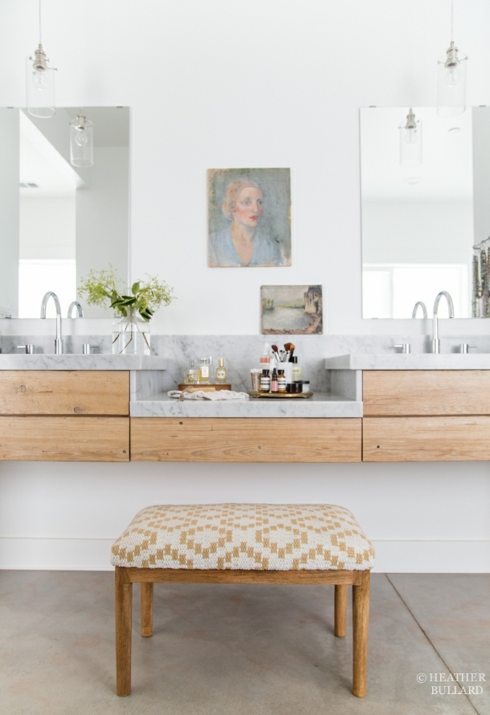 laminas vintage, baño con doble lavabo y tocador con taburete, encimera de marmol, dos espejos, retrato de mujer vintage