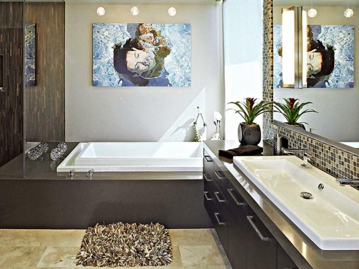 laminas decorativas, baño grande en marrón y blanco, bañera grande, pintura grande con mujer bajo el agua, ventana grande