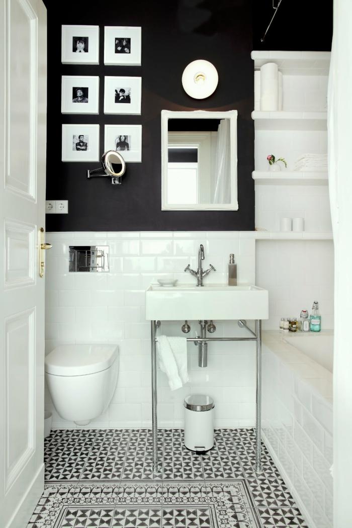 laminas decorativas, baño pequeño moderno, pared con fotos pequeños en blanco y negro enmarcados, ladrillo visto