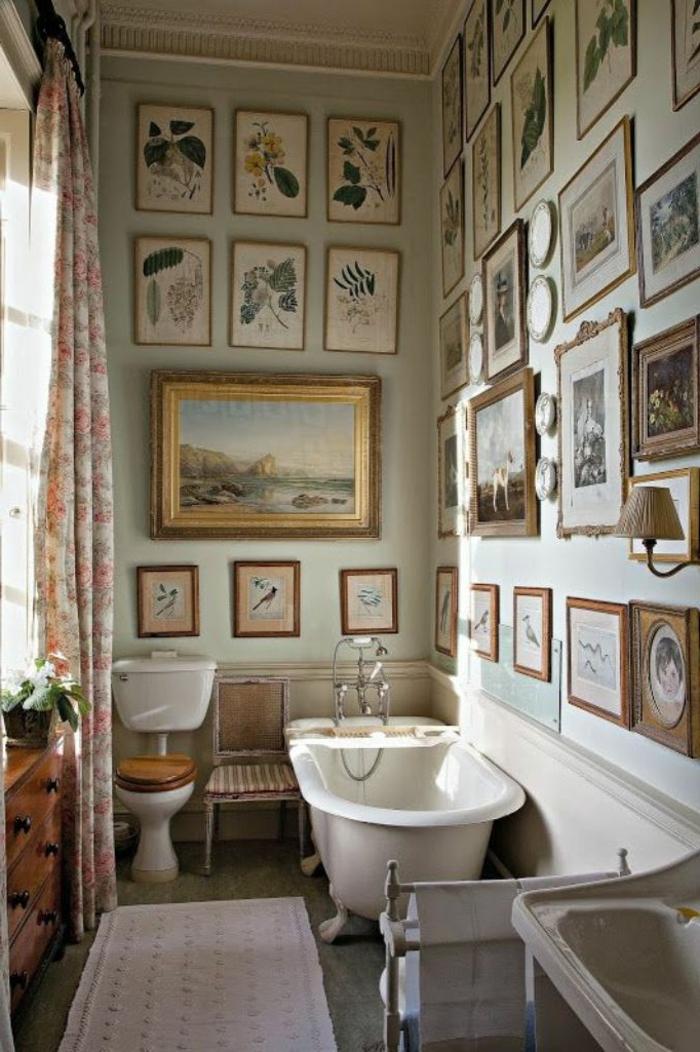 laminas decorativas, baño vintage con techo alto, bañera y sillas, paredes decoradas con cuadros y hojas de plantas laminadas